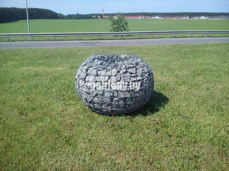 Круглый шар из сетки с камнем