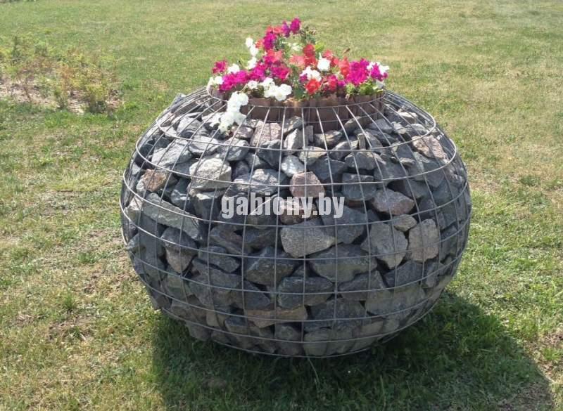 Клумба в виде шара из камня