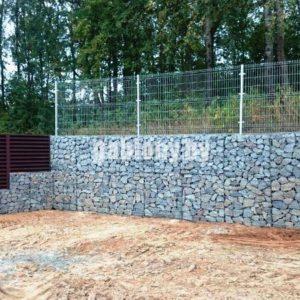 Подпорная стена из габионов и забор