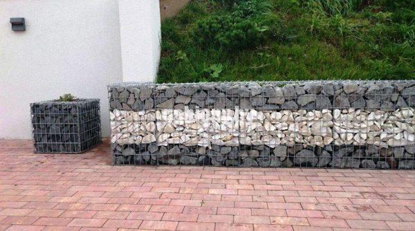 Подпорная стенка из габионов и зеленая трава